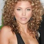 Прическа на кудрявые волосы — варианты укладки